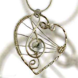Sierlijke muzieksleutel met howliet op zilveren hart